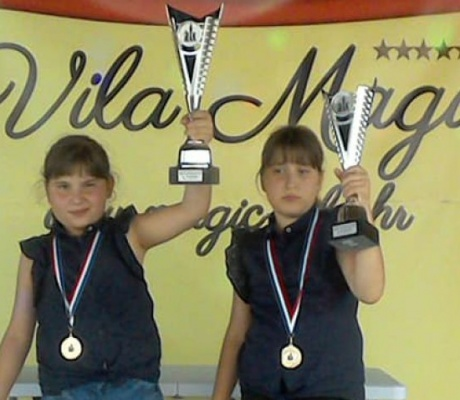 "TESLIĆ: Sestre Babić osvojile turnir ""Magic chess Đakovo"""