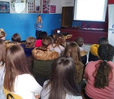 """DOBOJ: Osnovci iz Donje Paklenice slušali predavanje na temu """"Reproduktivno zdravlje"""" (FOTO)"""
