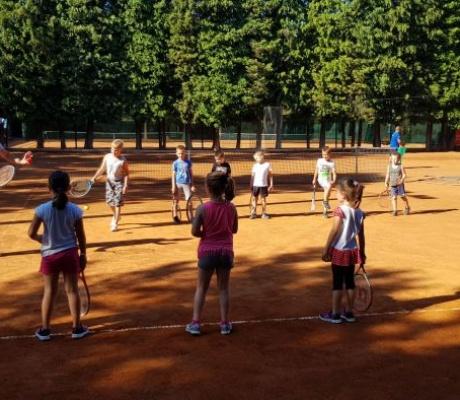 MALA ŠKOLA TENISA Budući teniski šampioni!