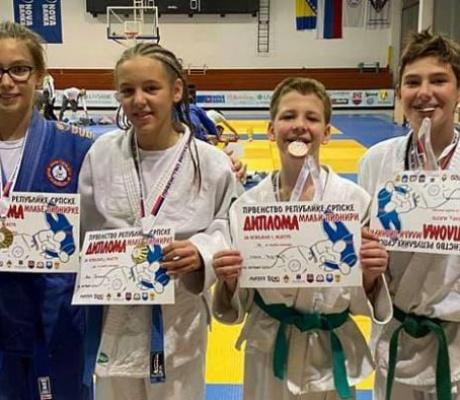 DOBOJ: Džudisti JK Athlete M osvojili 9 medalja i pehar na prvenstvu Srpske (FOTO)