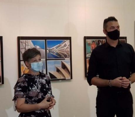 """DOBOJ: Otvorena izložba fotografija """"Put oko svijeta"""" Mladena Blagojevića"""